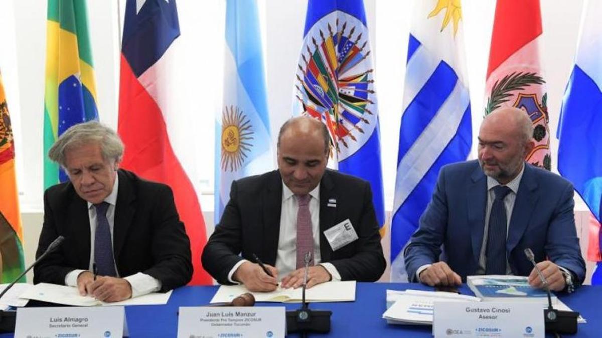 Juan Manzur, entre Luis Almagro y Gustavo Cinosi, en 2019, durante la firma de un convenio con la OEA.