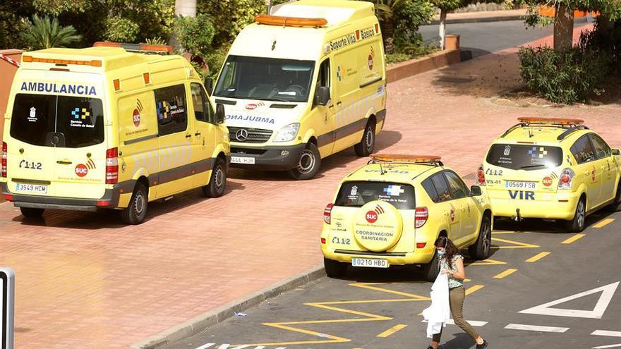 Una sanitaria se acerca al hotel aislado por coronavirus en Tenerife