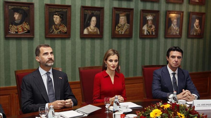El rey Guillermo entrega a la reina Letizia la máxima condecoración holandesa