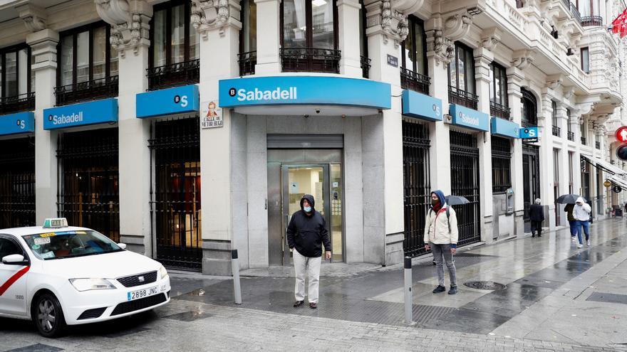 Sabadell gana 73 millones hasta marzo, 22 % menos que en 2020