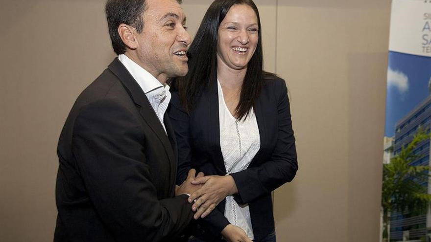 Los líderes de Coalición Canaria y Partido Popular en el ayuntamiento de Santa Cruz de Tenerife, José Manuel Bermúdez (i) y Zaida González. (EFE/Ramón de la Rocha.).
