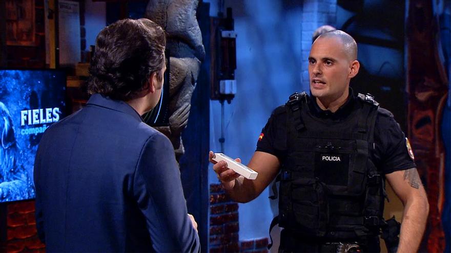 """Un policía regala a Iker Jiménez su medalla al mérito policial: """"Hiciste algo que nadie hizo"""""""