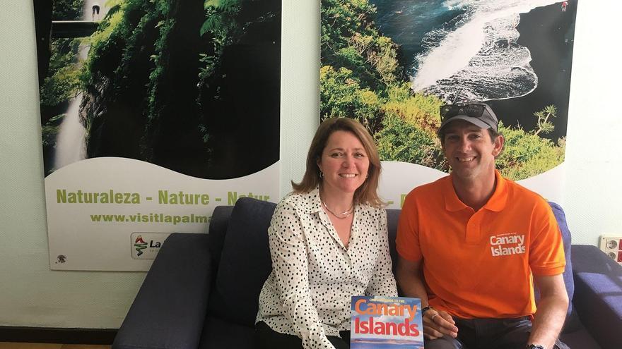 La consejera de Turismo del Cabildo de La Palma, Alicia Vanoostende, junto a Oliver Solanas, vicepresidente de Anavre (Asociación de Navegantes de Recreo de España) y coautor de la Guía 'Cruising guide to the Canary Islands'.