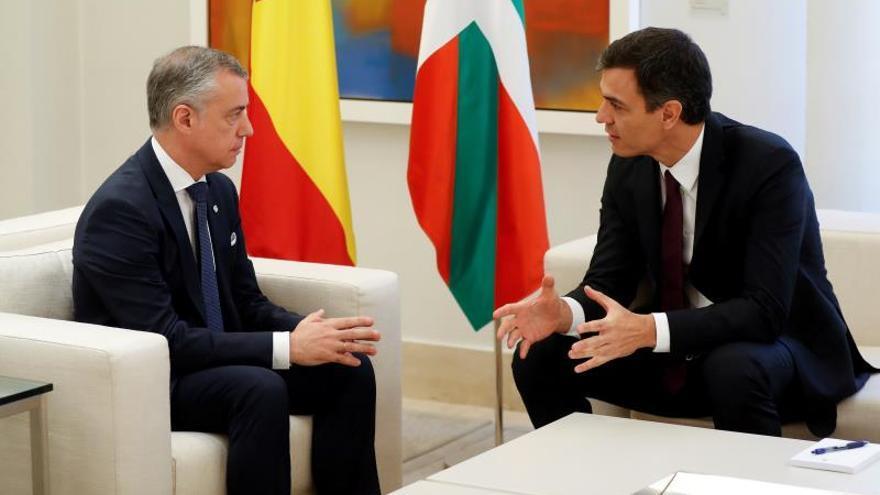 El presidente del Gobierno, Pedro Sánchez durante la reunión en Moncloa con el lehendakari, Íñigo Urkullu.