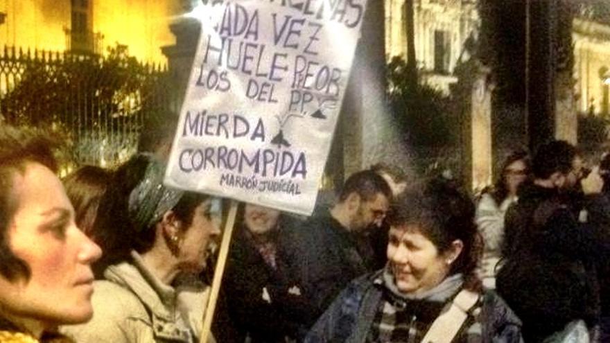Concentración frente a la sede del PP en Sevilla. Olivia Carballar.