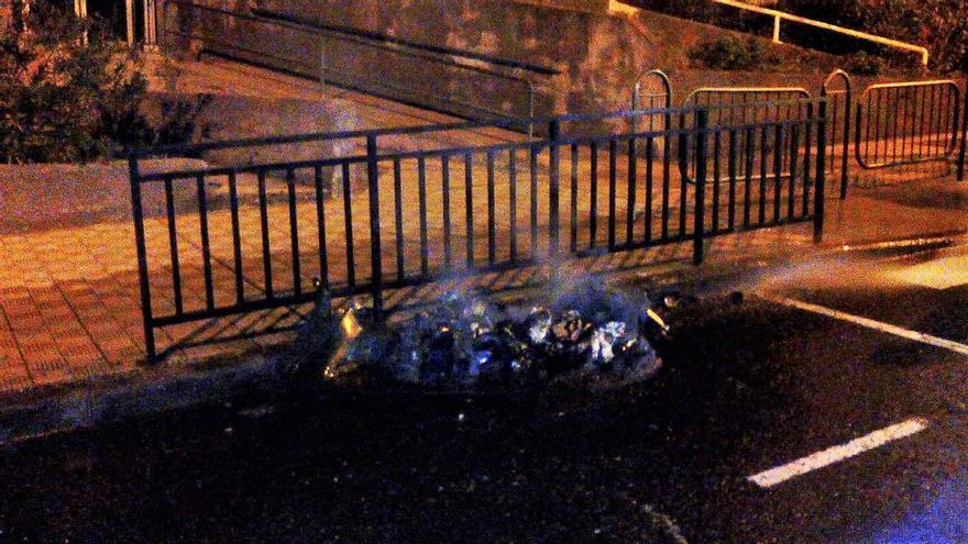 El contenedor de basuras, como se observa en la imagen, quedó completamente calcinado. Foto: BOMBEROS LA PALMA.
