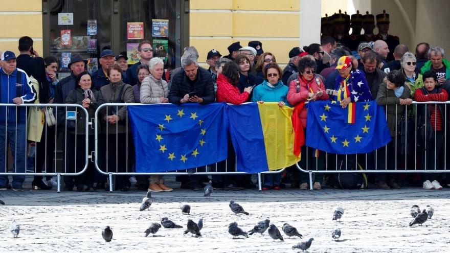 La multitud de Sibiu esperando la llegada de los líderes europeos en el centro de la ciudad (France 24)