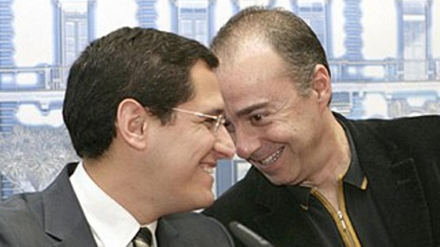 Llanos, que no era concejal de Hacienda en 2010, junto a Miguel Zerolo.