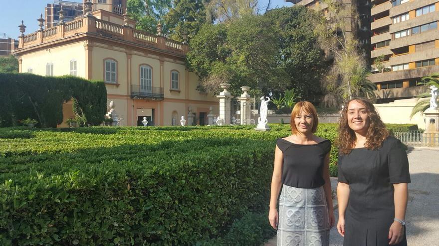 Las concejalas Pilar Soriano (izquierda) y Glòria Tello con el palacete del Jardín de Monforte al fondo