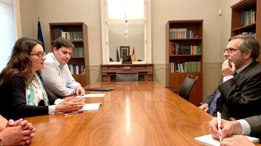 La vicepresidenta Mónica Oltra con el representante especial del Secretariado General del Consejo de Europa para las migraciones y los refugiados, Tomás Bocek