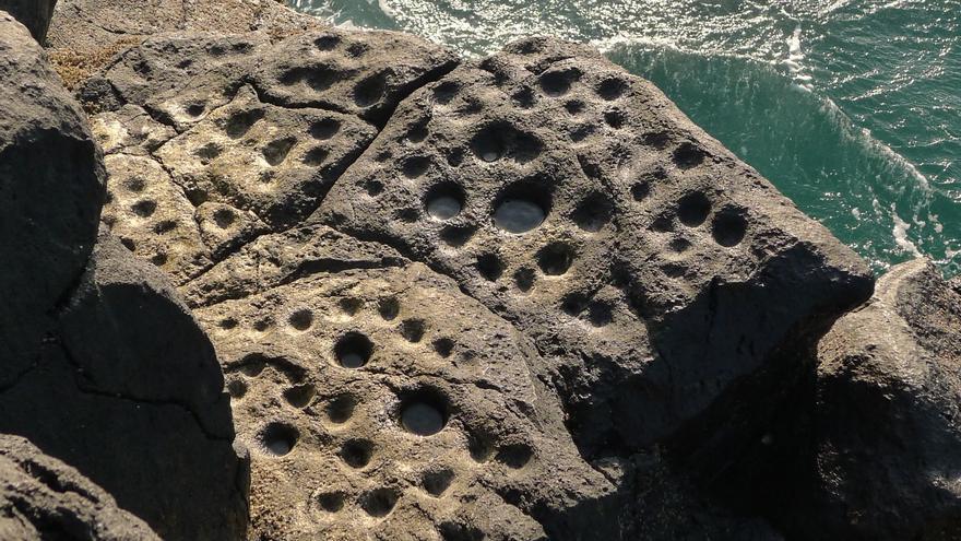 En la imagen, conjunto de cazoletas en el litoral de Los Guinchos (Breña Alta).