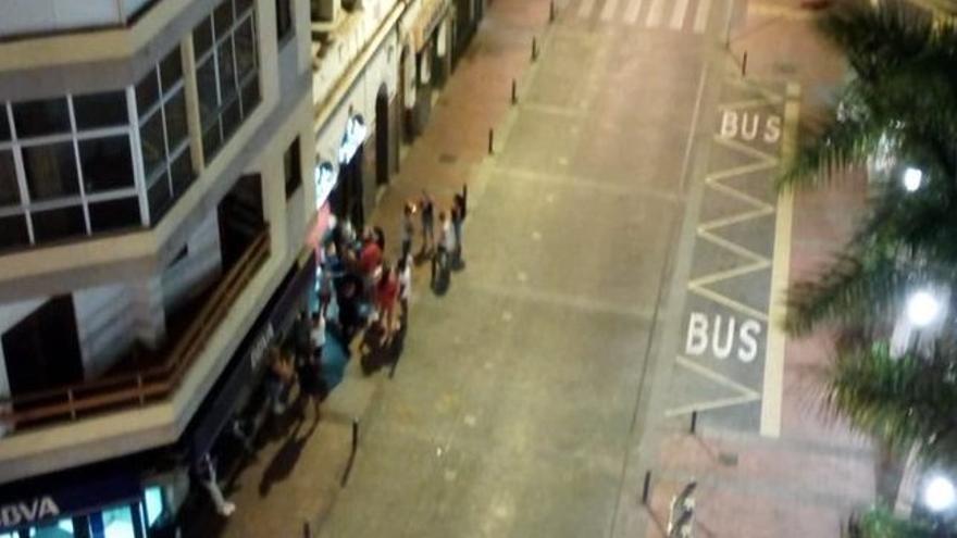 Ciudadanos en la entrada de la discoteca Pequeña Habana en la plaza Farray
