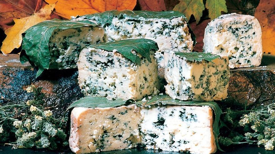 Correos dedica un sello a la miel de Liébana y al queso Picón Bejes-Tresviso