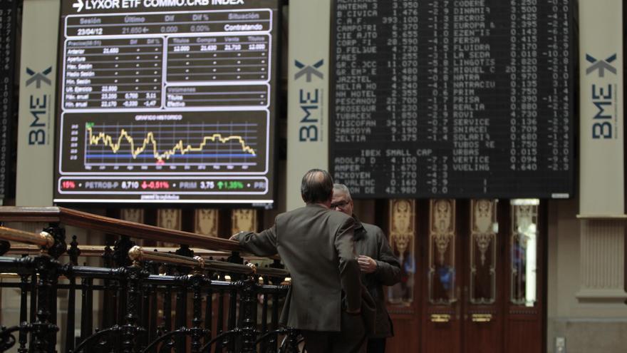 El Ibex cede un 1% en la apertura y la prima de riesgo toca los 415 puntos a la espera de la subasta