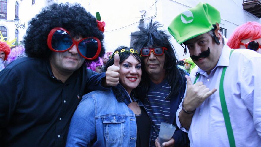 Algunos políticos participaron en la fiesta La Peluca.