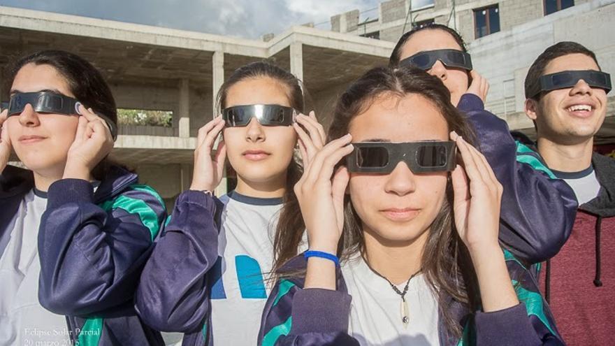 Un grupo de alumnos de La Palmita contemplando este viernes el eclipse solar. Foto: LA PALMITA