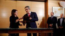 Adriana Lastra (PSOE) y Román Rodríguez (NC) durante la firma del acuerdo de investidura.