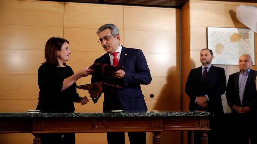 Adriana Lastra (PSOE) y Román Rodríguez (NC) durante la firma del acuerdo.