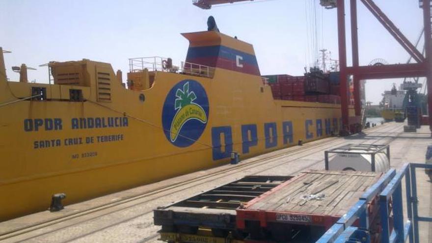 Mercante rotulado con la marca Plátano de Canarias