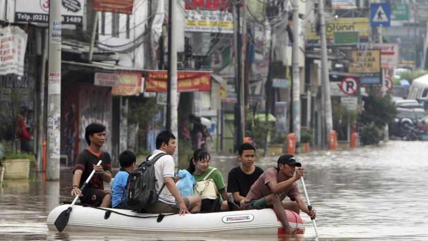 Al menos 10 muertos y 64.000 evacuados por las inundaciones en Yakarta