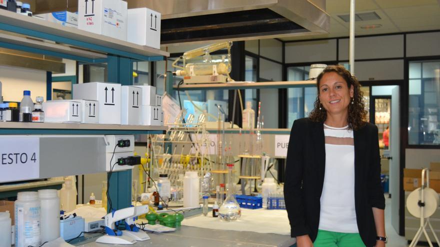 Nuria Lozano en el laboratorio de la UC