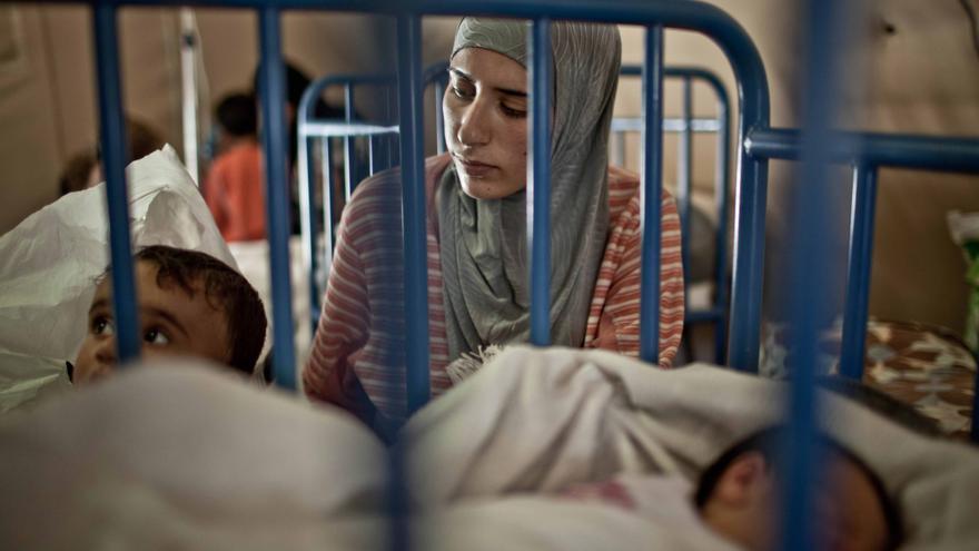 Malak acaba de dar a luz a su pequeña Diaa en el hospital de campaña que el ejercito marroquí ha levantado en el campo de refugiados sirios de Za'atari (Jordania). Fotografía: Pablo Tosco/ Intermón Oxfam
