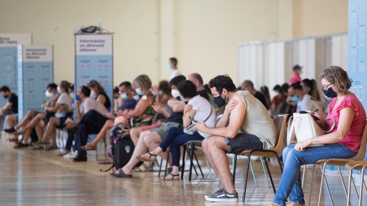 Una cola de personas en una sala del centro de vacunación masiva, instalado en la Fira de Cornellà (Barcelona). EFE/Marta Pérez/Archivo