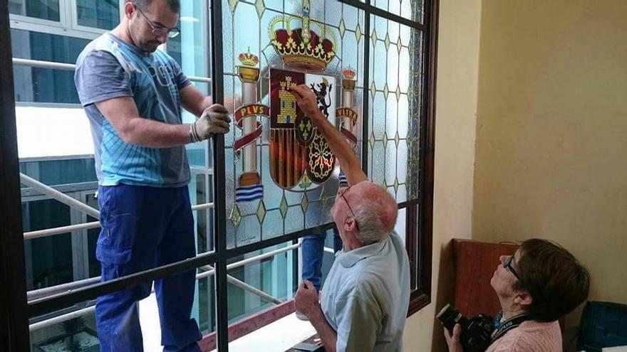 Las vidrieras del Ayuntamiento de Los Llanos, tras unos meses de restauración y adecuación a la Ley de Memoria Histórica, vuelven a lucir en la escalera principal de las Casas Consistoriales. Foto: Facebook Ayuntamiento de Los Llanos.