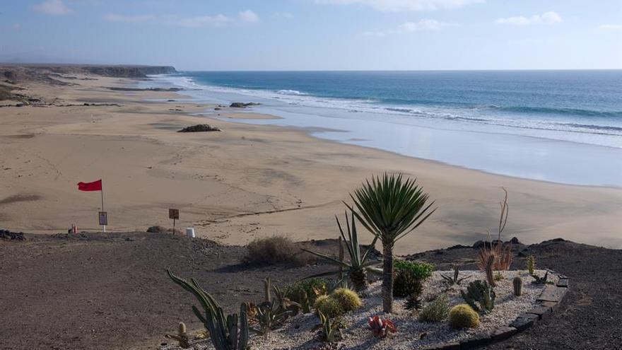 Piedra playa, en la localidad de El Cotillo (Fuerteventura), habitualmente llena de usuarios en Semana Santa, presenta este martes una atípica estampa de vacío