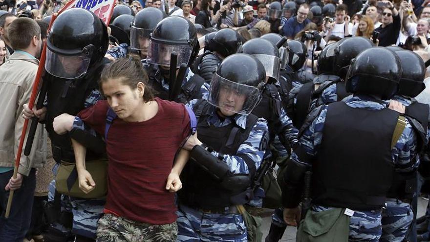 Policías rusos detienen a un manifestante en la calle Tverskaya en Moscú el lunes.