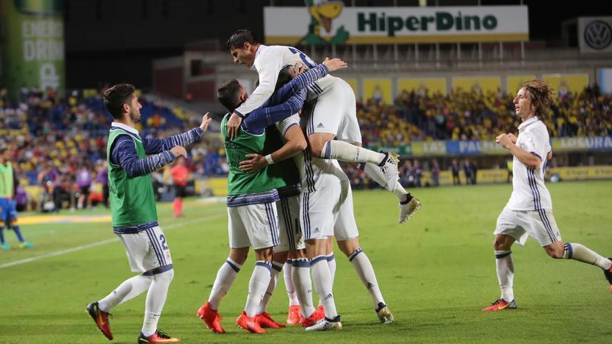 El Madrid celebra el gol de Asensio. (ALEJANDRO RAMOS)