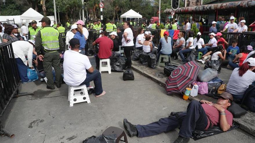 Feligreses realizan largas filas para la misa del papa Francisco en Medellín