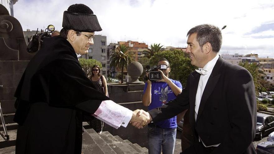 Antonio Martinón recibe a Fernando Clavijo a su llegada a la ULL / Ramón de la Rocha, Efe
