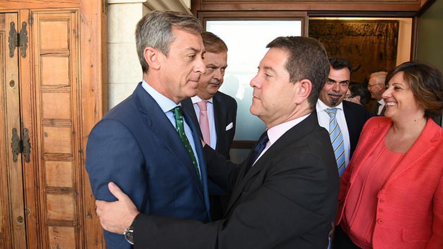 Emiliano García-Page y el presidente de Caja Rural Castilla-La Mancha Javier López