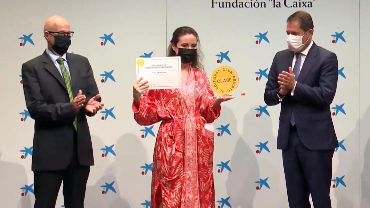 Raquel Angulo, gerente del grupo Somos, recibe el premio a manos del presidente de CEPYME, Gerardo Cuerva (derecha)