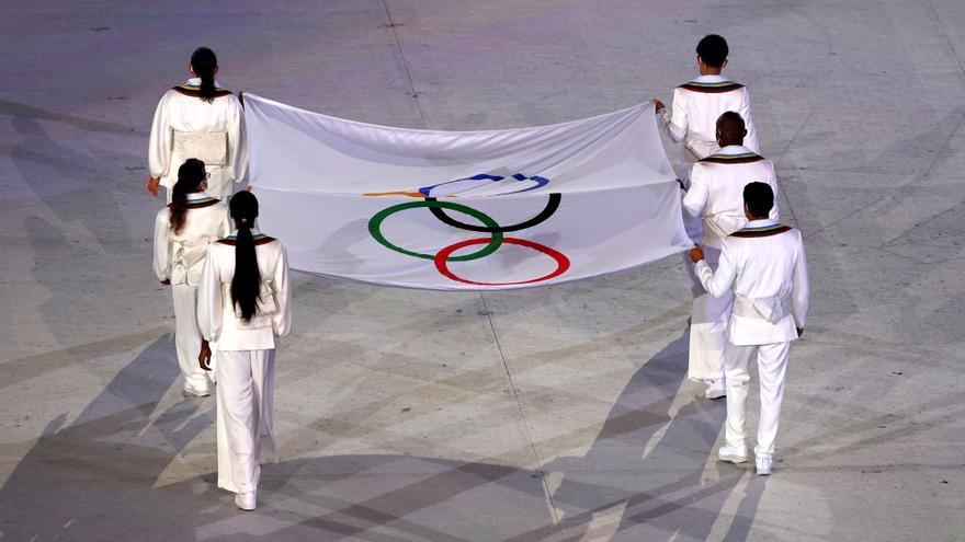 Seis atletas llevan la bandera al estadio durante la ceremonia inaugural de los JJOO Tokyo 2020.
