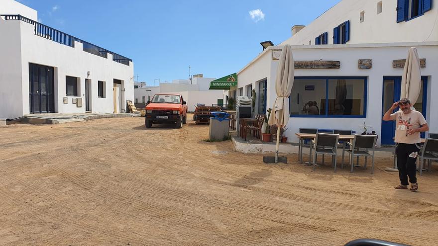 Un vecino sale a la calle en La Graciosa en el primer día de la fase 1 del plan de desescalada.