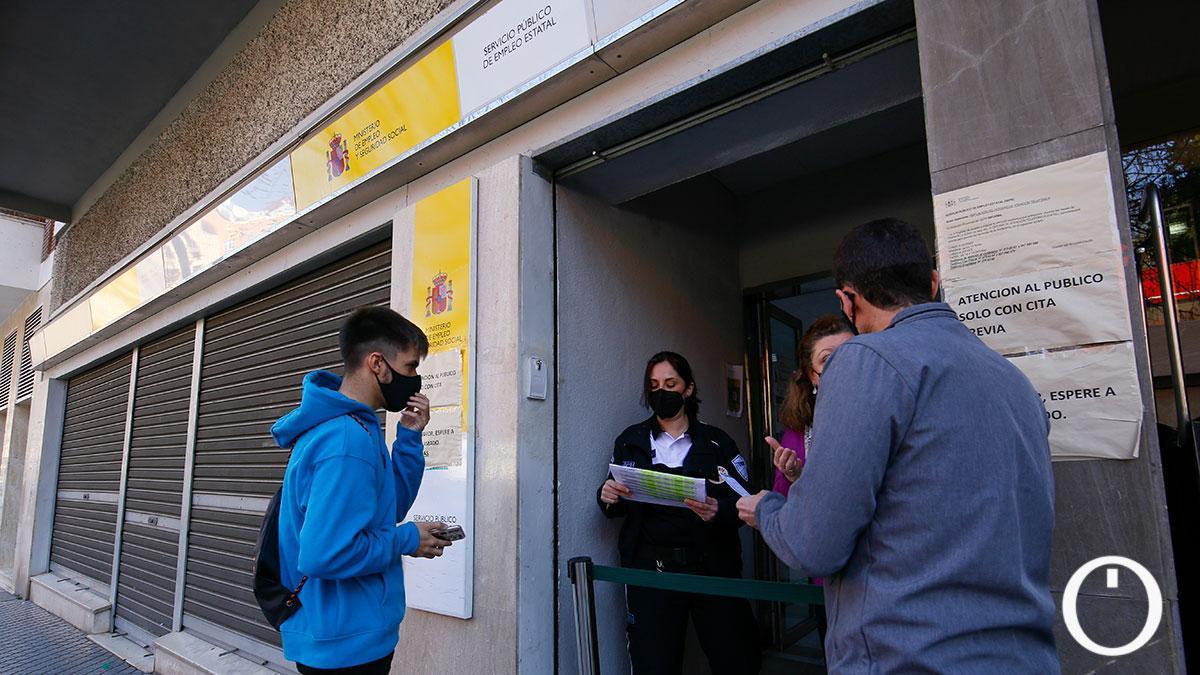 Dudas a las puertas de las oficinas del SEPE, donde vuelven al papel tras el ciberataque