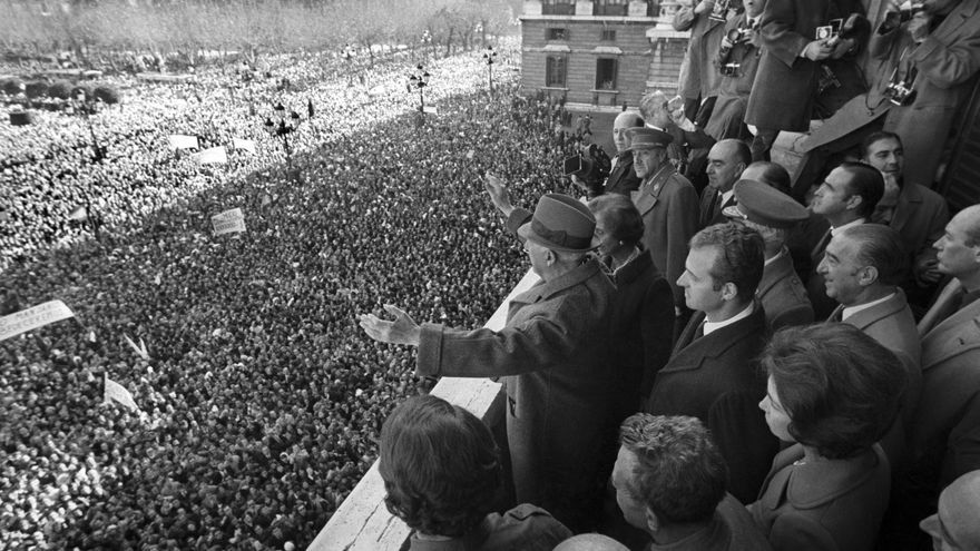Madrid, 17-12-1970.- Manifestación de afirmación nacional en la Plaza de Oriente. En el balcón Franco, los Príncipes de España y miembros del Gobierno. EFE/Olegario Pérez de Castro/aa Foto Premio Nacional de Periodismo Gráfico 1970 SPAIN DEMONSTRATION OF SUPPORT TO FRANCO: MADRID, 17/12/1970.- Demostration of national affirmation at Plaza de Oriente. In the balcony, the head of state, the general Francisco Franco, the Princes of Spain and member from the government. EFE/Olegario Pérez de Castro/ml