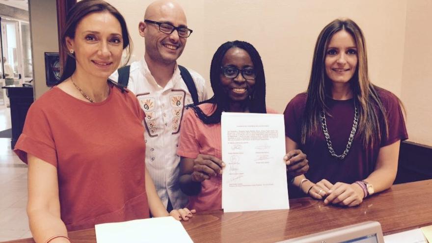 Rosa Pastor, Txema Guijarro, Rita Bosaho y Àngela Ballester con la solicitud presentada por registro