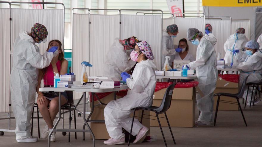 La pandemia sigue la misma tendencia: baja la incidencia pero no las muertes