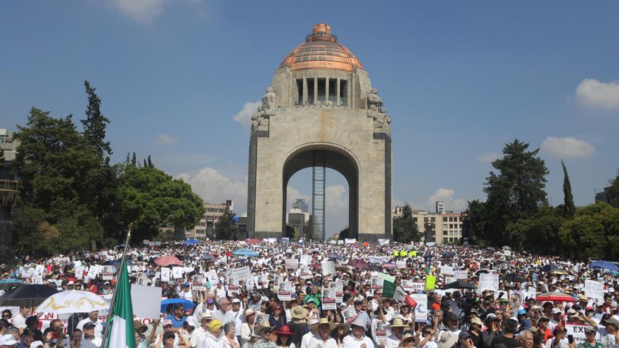 Detractores del gobierno de Andrés Manuel López Obrador marchan en México.