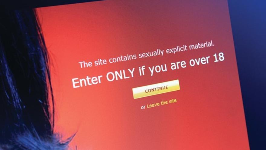 Una advertencia en un sitio web sobre que el contenido es para mayores de 18