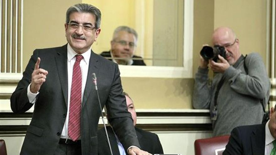 l diputado de Nueva Canarias, Román Rodríguez, durante su intervencion ante el pleno del Parlamento de Canarias celebrado en Santa Cruiz de Tenerife.