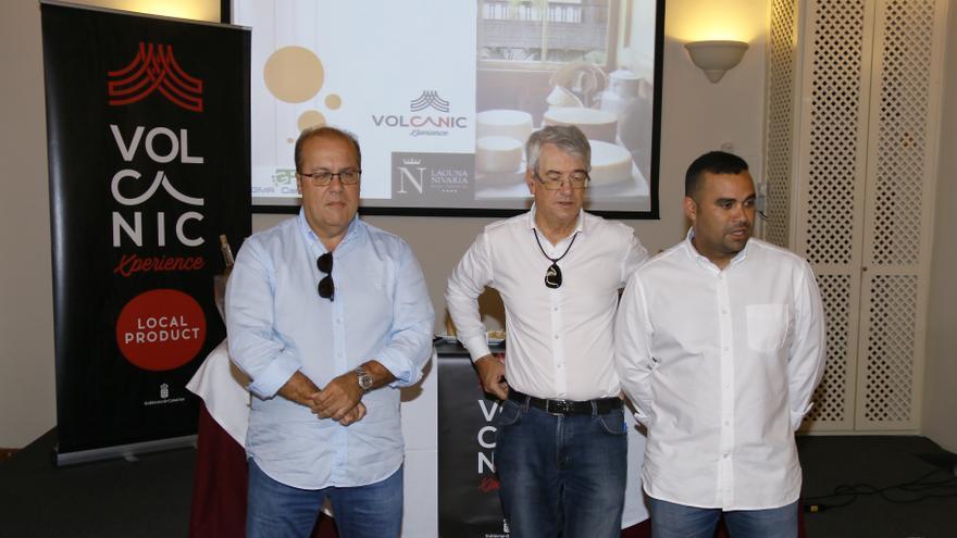 El viceconsejero de Sector primario, Abel Morales, acompañado por el consejero delegado de GMR Canarias, Juan Antonio Alonso.