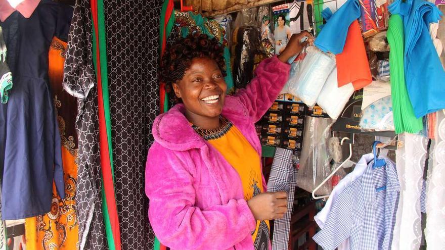 Julie Anyango Omoto, durante la entrevista en Kawangware, Nairobi, el 20 de mayo de 2021. Con un microcrédito pudo poner su puesto de venta en una feria