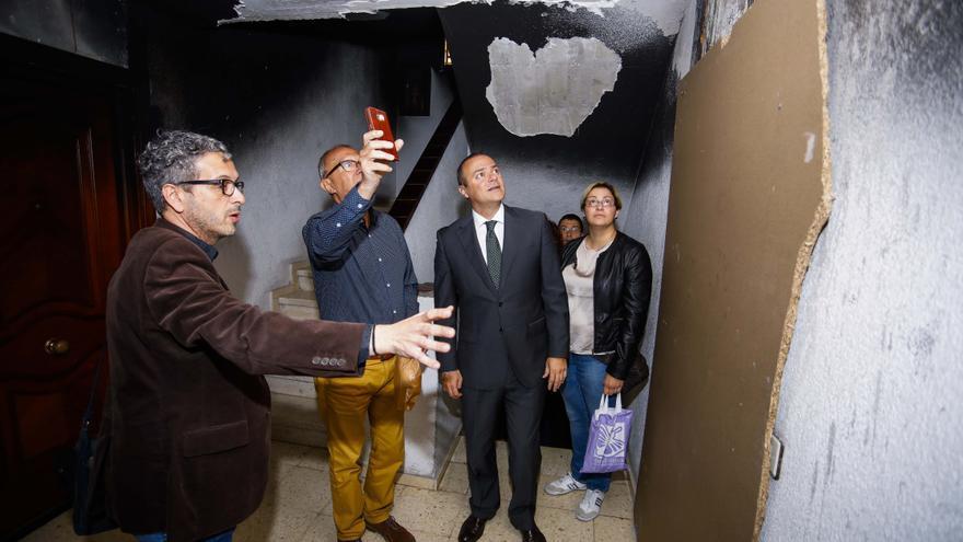 Visita del alcalde de Las Palmas de Gran Canaria al edificio incendiado en el barrio de La Feria del Atlántico