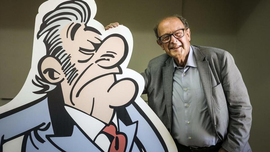 Ibáñez posa con su 'Bárcenas' particular, protagonista de su historieta 'El Tesorero'