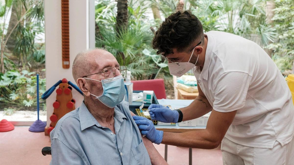 Mariano Riera Clapés, de 92 años, recibe la tercera dosis de la vacuna contra la COVID-19, destinada a personas de residencias
