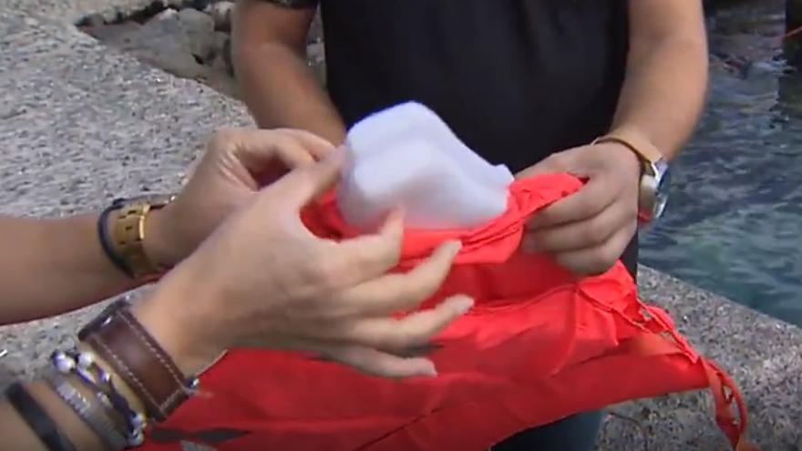 Encuentran chalecos 'salvavidas' rellenos de espuma que se hunde en una patera naufragada en Canarias